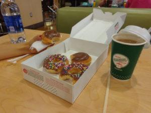 Nosso café da manhã: donuts e café com leite