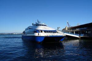 Diversas balsas fazem o transporte pela baía de SF.