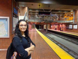 A bela esperando o metrô.
